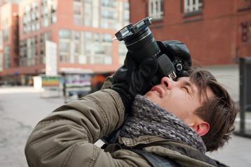 junger Hobbyfotograf beim Fotografieren, 3