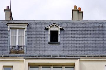 fenêtre ouverte dans les toits.