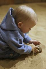 Junge experimentiert im Sand