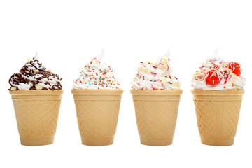 gelato quattro coppa cialda su sfondo bianco