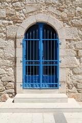 Porta d'ingresso con cancello azzurro