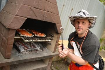homme trisomique et barbecue