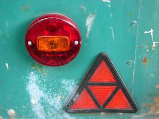 Rücklicht und Katzenauge eines alten Verkaufswagens