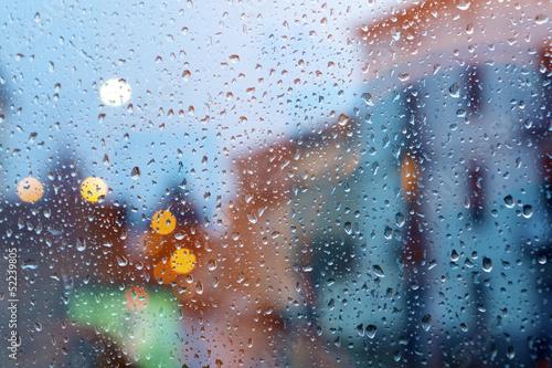 tormenta en la ciudad a traves de la ventana