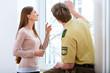 Polizist bei Spurensuche am Fenster einer Wohnung