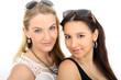 Zwei junge Frauen mit Sonnenbrille