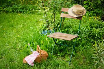 Sitzecke im Garten mit Picknickkorb