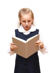 Девочка в круглых очках читает книгу