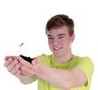 Teenager mit junger Pflanze