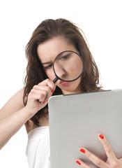 Frau mit digital tablet und Lupe