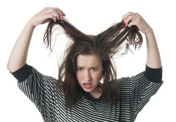 Frau mit zerzausten Haaren