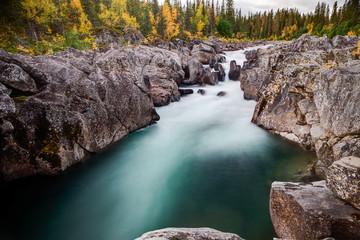 wilder Fluß im Herbst in Lappland