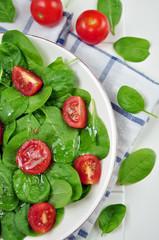 Salat mit Spinat und Tomaten