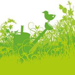 Vogel auf einer Giesskanne im überwucherten Garten