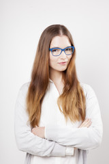 Femmes à lunettes bleues bras croisés