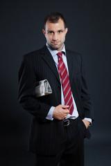 Geschäftsmann mit Zeitung unterm Arm