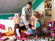 Junge Vater spielt mit seinen Kindern