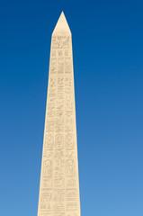 obelisco egiziano con geroglifici