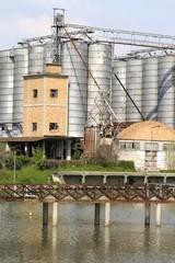 fabbrica sul fiume