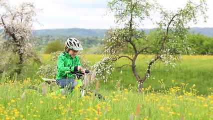 Kind mit Bike in Sommerwiese