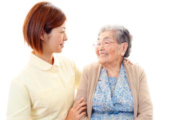 笑顔の高齢者と看護師