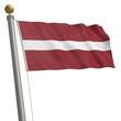 Die Flagge von Lettland flattert am Fahnenmast