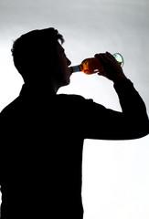 Jugendlicher trinkt Alkohol