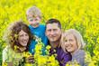 glückliche familie im rapsfeld
