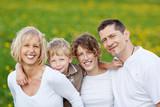 glückliche familie genießt die zeit draußen