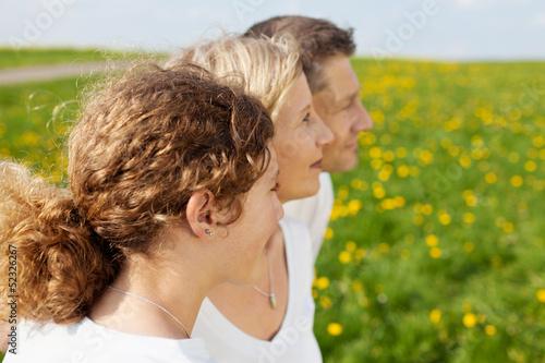 familie schaut auf grüne wiese