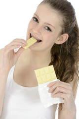 Schülerin isst weiße Schokolade