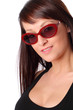 mezzobusto di ragazza con occhiali da sole