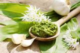 Bärlauch-Pesto mit Bärlauchblättern und Bärlauchblüten, Copy space