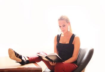 attraktive Frau beim Lesen