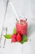 Roter Smoothie mit Fruchtdeko