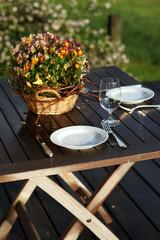 Tischgedeck für 2 Personen in der Abendsonne