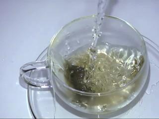 Tee aufgießen