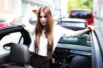 attraktive Frau an ihrem Auto