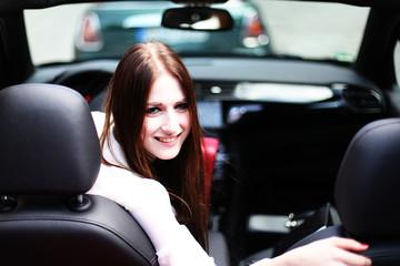 attraktive Frau im Auto