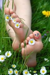 nackte Füße im Gras