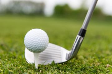 golfball wird abgeschlagen