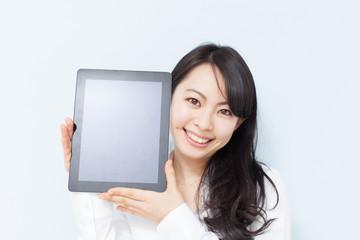 タブレットPCを見せる女性