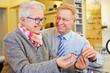 Paar Senioren kauft Brille