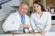 Optiker und Frau in Werkstatt