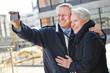Senioren machen Selbstportrait mit Smartphone