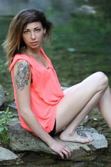 Giovane ragazza al fiume