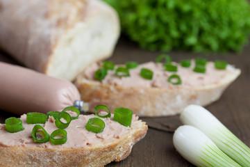 baguette mit deftiger leberwurst