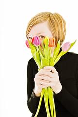 Frau mit Tulpenstrauß