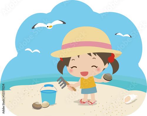 潮干狩りをする小さな女の子