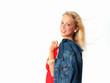 Hübsche Blondine mit Jeansjacke